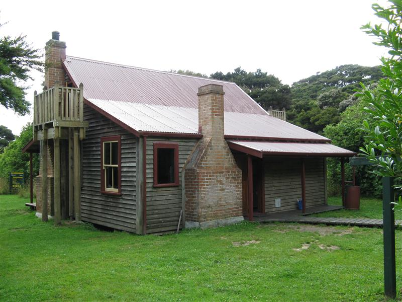 Whariwharangi Hut in Abel Tasman