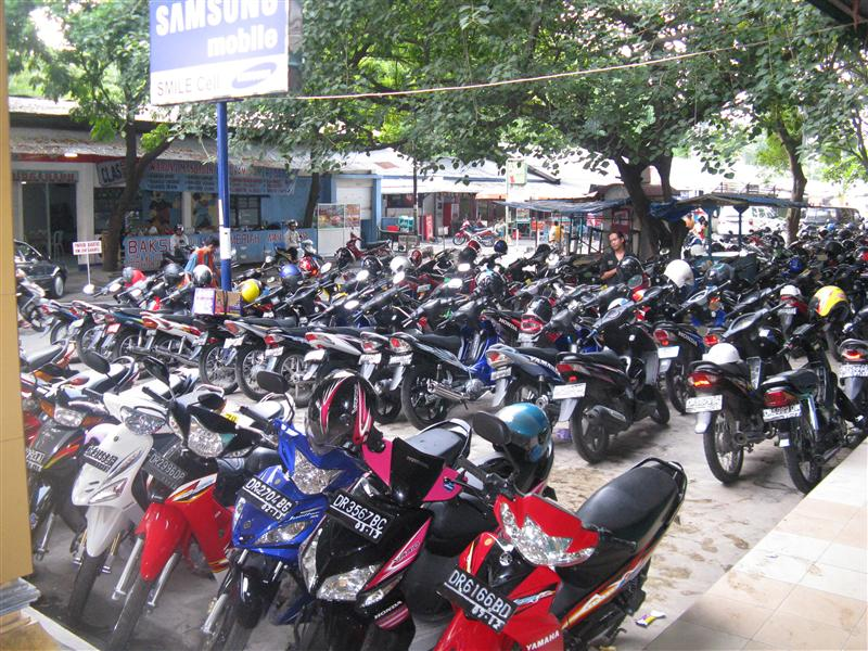 """The """"parking lot"""" at the mall in Mataram"""