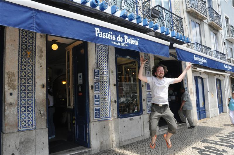 Jumping in front of Pasteis de Belèm shop !