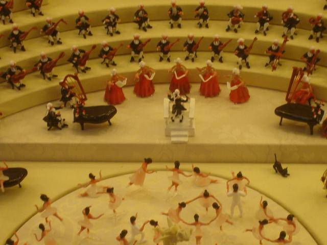 Gorgeous glass miniatures - ballet, singers and orchestra!