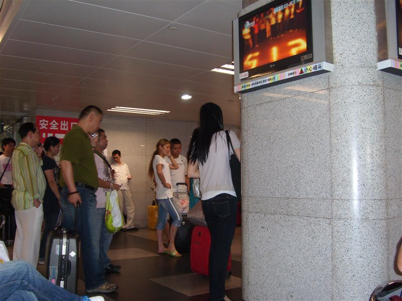 People waiting for th etrain to go to GuangZhou and DongGuan