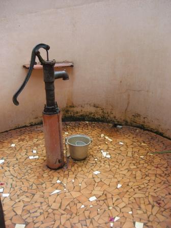 Die Dusche mit viel zu vielen Moskitos rundherum (also immer schön mit Antimoskitosalbe duschen gehen)