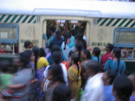 Frauen stürmen das Ladies-Abteil der S-Bahn (Mambalam Station). Die Bahn war da im Übrigen schon im Anfahren