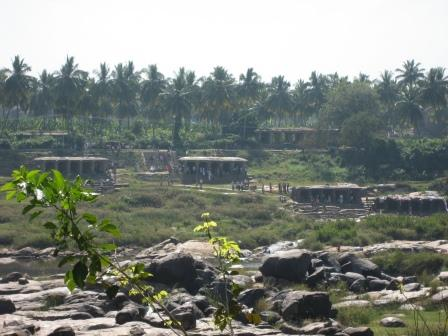 Die Ghats in Hampi am Fluss ... religiöser Pilgerort und Waschplatz