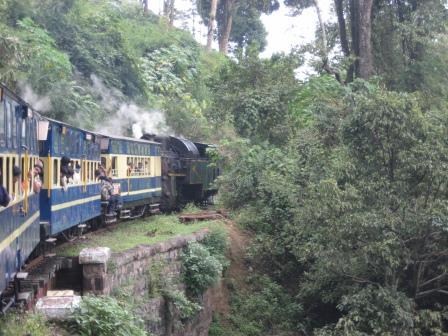 Mit der Nilgiri Bluemountain Railway talwärts. 45km in 4h ... Über Brücken und Schluchten und durch Täler.