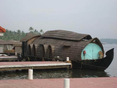 Hausboote in den Backwaters. Diese gibt es in sämtlichen Ausführungen. Klein für 2-4 Leute bis zu riesigen Konferenzbooten für bis zu 30 Leuten auf zwei Etagen mit großen Tagungsraum. Oder aber die Luxusvariante mit Sonnenterasse, Pool etc.