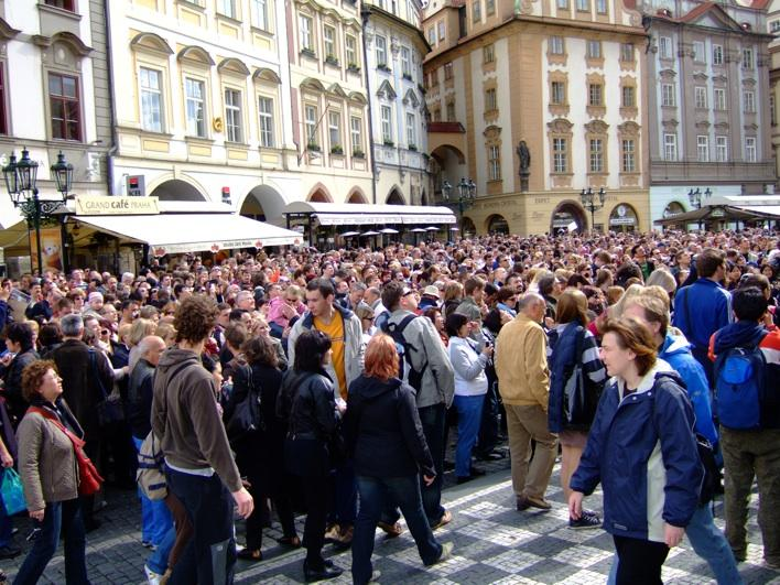 a HUGE crowd waiting to see d Astronomical Clock chime at the hour