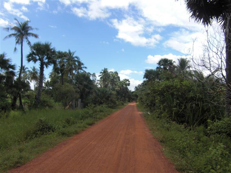 Los caminos rojos, el verde intenso y los cielos del campo camboyano