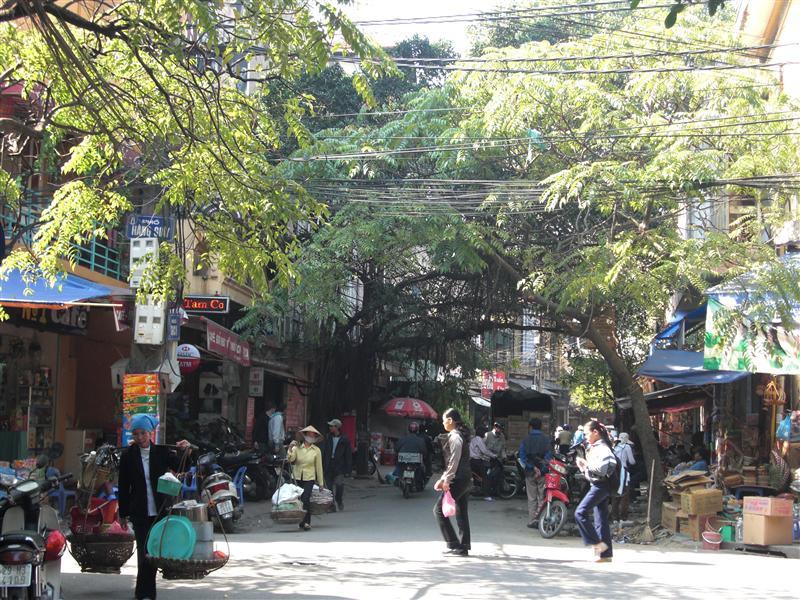 Calles de Hanoi con sus interminables mujeres acarreando mil y una cosas