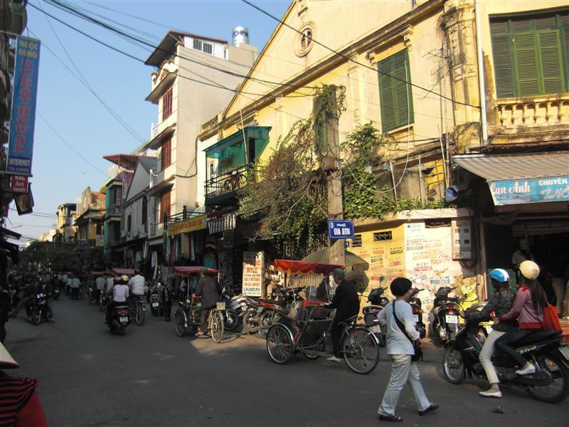 Los ciclos de Hanoi paseando guiris con cámara en ristre