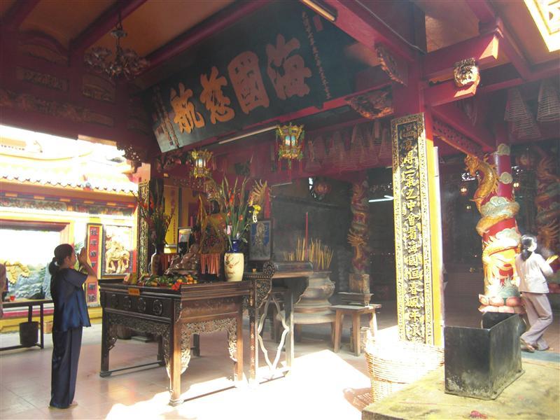 Interior de un templo chino en Saigón