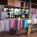 Las telas a-lu-ci-nan-tes que venden en las aldeas, cada una supone 2-3 meses de curro