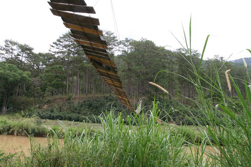 Swinging bridge, sagging to one side