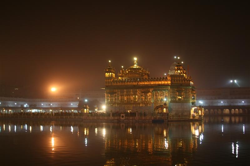 Templo Dorado: vista en la noche / Golden Temple: night view