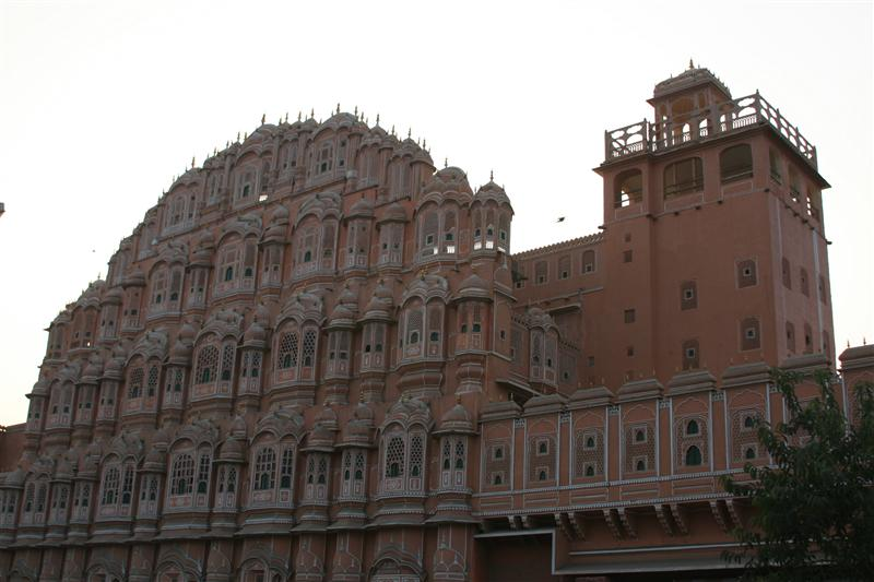 El Hawa Mahal: construido para que las damas de la realeza pudieran observar la ciudad sin ellas ser vistas / The Hawa Mahal: constructed to enable the ladies of the royal household to watch the city without being seen.